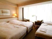 120cmベッド2台とエキストラベッド(90cm)少し狭いですが添い寝で5名様まで 27平米*