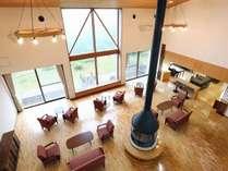 【2階踊り場】ロビーラウンジと景色を上から眺めながらお寛ぎいただけます。