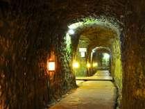 洞窟の中を通り温泉へ。但し、大浴場と露天は洞窟の中にはありません。