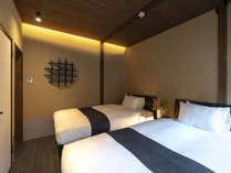 土壁と木の風合いで温かみのある心地よい寝室。セミダブルのベッドで、ゆったりとお休み頂けます。