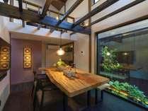 「ひがし茶屋街」「近江町市場」徒歩圏内。美しい坪庭を望む町家。最大7名。自炊に最適なキッチン。