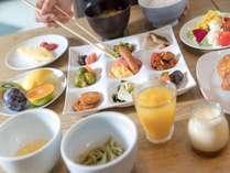 ご朝食は、「心を豊かに、たのしく」をテーマに、和洋食ブッフェにてご用意しております。