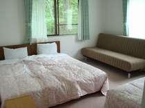 静かな木立に囲まれたお部屋。