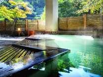【やませみの湯/檜の露天風呂】小さい湯舟ながら風情が楽しめる露天風呂。心地良い湯浴みを楽しめます