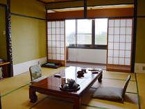オーシャンビューの基本客室。純和風で落ち着いた室内