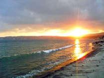 *【周辺】天気のいい日には、日本海に沈む夕日を見ることができます。