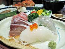 *【夕食一例】周囲を日本海に囲まれた佐渡は海産物の宝庫。素材の深い味わいを楽しめます。
