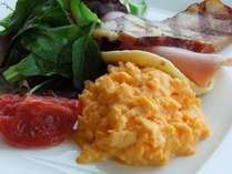 【朝食】黄身が濃厚なこだわり卵のスクランブルエッグ♪