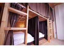 MIXドミトリー室内 木の香りが落ち着く室内です。各ベッドはプライバシーが守られてます。