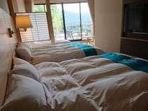 露天風呂付のお部屋のベッドルーム