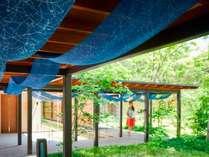 【中庭】新緑の中庭と黒羽藍染で装飾された回廊