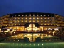 ホテル外観(夜)。全室オーシャンビューとなっており、全ての部屋から地平線に沈む夕日を堪能できます。