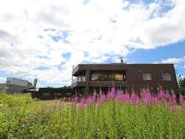 *【外観/レークハウスしゅまりない】隣接の施設外観です。色鮮やかな花が咲き、目を癒してくれます。