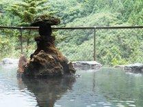 野天風呂(夏) 深い緑の山々が美しい夏の野天風呂。