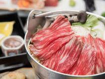 ***夕食(スタンダード)一例/地元のあしたか牛をメインに、色とりどりの品が並びます。