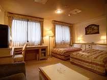 かなり広いトリプルのお部屋。ソファがエクストラベッドとなって3名様でご利用できます。