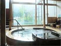 【大浴場】吹き抜けが気持ちいい開放的な造り。ジャグジー・サウナ完備。