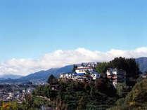 飯田城址の高台に建ち、南アルプスを一望できます。