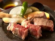メインディッシュ「信州牛の石器焼ステーキ」です。お好みの焼き加減でお楽しみください。