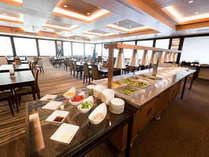 和洋あわせて40種類以上のお料理おご用意しております。「信州おいしいものコーナー」では笹寿司体験も♪