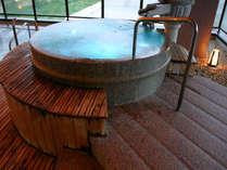 夢見の湯~七色風呂~橙、緑、青、白…と色とりどりに変化します。