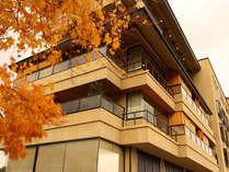 毎年11月には色鮮やかな紅葉をお部屋や大浴場からお楽しみいただけます。