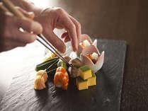 当館では季節毎に旬のお料理に変わります。彩り豊かな一品一品が目にもおいしいお料理です。