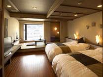 「千遊館」コンフォート客室「燈AKARI」ツイン 小上がりの居間は畳になっています。