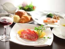 【個室朝食】洋食はパンや温かいスープなどをご用意。お席についてから、焼きたてのオムレツをお持ちします