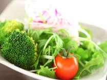 ご朝食には新鮮なサラダをご用意しております。お好みでドレッシングをかけてお召し上がり下さい。