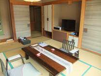 「千遊館」露天風呂付き客室10畳居間川に面した部屋の大きな窓からは、湯田中温泉郷が一望できます。