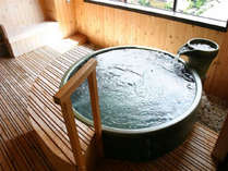 展望貸切露天風呂「酔月の湯」雰囲気のある信楽焼きの浴槽です。