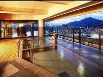 展望大浴場『夢路の湯』北信州の山々や眼下に流れる夜間瀬川のせせらぎをお楽しみ頂けます。