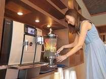 ロビーラウンジには、信州りんごのデトックスウォーターや、メニュー豊富なコーヒーもざいます。