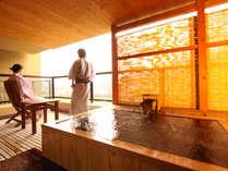 「燈火亭」露天風呂付き客室Aタイプ 客室の露天風呂は檜の浴槽です。