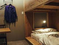 ダブルルーム二段ベッド 半個室
