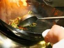 炎をまとった鉄鍋を熟練の調理人が振る、本格中華をご賞味下さい。