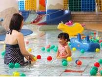 お子様用プールの水深は15cm。※幼児のお子様は水遊び用パンツの着用をお願いします。
