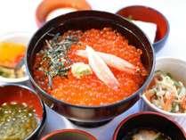【朝食】期間限定!カニイクラ丼と選べる海鮮小鉢※イメージ