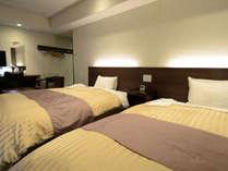 【ツインルーム(一例)】落ち着いた空間に広いベット。のんびりとお過ごしください。