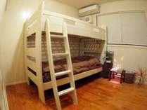 2人部屋。壁とベッドはオフホワイトで清潔感があり、目にも優しく、ゆったりと旅の疲れを癒す室内です。