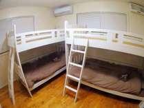 4人部屋。シーツや枕カバーなどもほにかに香ります。ファミリーや女子旅にもオススメです。