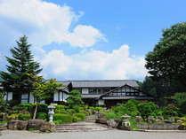 里山に抱かれた2400坪の敷地にわずか13室の平屋造りの小さな温泉宿