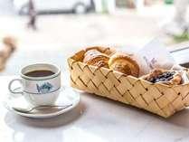 マルセイユの朝は香り高い挽きたてコーヒーと焼きたてデニッシュで。宿泊のお客様は無料で召し上がれます