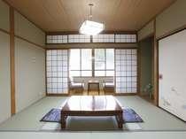 6畳和室。昔ながらの懐かしさを感じるお部屋です。お部屋からの景色はあまり良くありません。