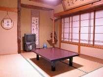 7畳半の純和室、窓からの景色は期待できませんが掃除は行き届いております。