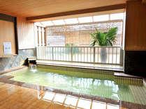天然温泉を満たした半露天風呂。男湯、女湯とも、内湯とつながっています♪