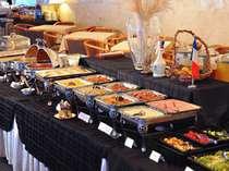 朝食は、朝の光あふれるレストランで、和洋約60種のブッフェを心ゆくまで。地のお野菜も登場します♪の画像