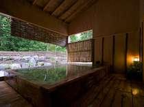 森を望む絶景の露天風呂の画像
