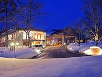 ホテルエントランスより ホテル周りのライトアップが素敵な夜を演出してくれますの画像